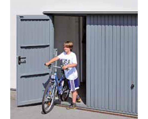 Porta basculante con porta pedonale inserita