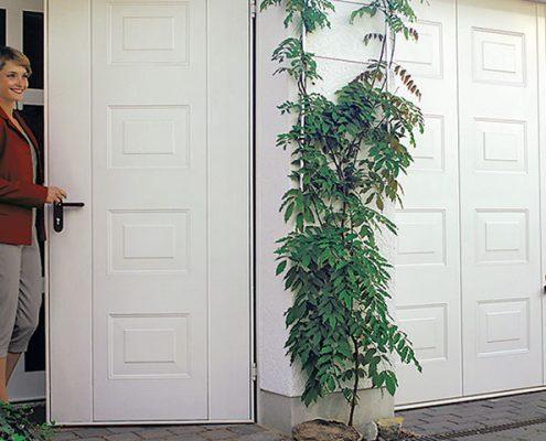 Porta basculante con porta pedonale laterale