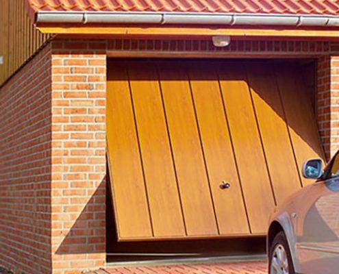 Porta basculante con rivestimento in legno