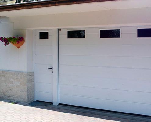 Portoni sezionali con porta pedonale laterale