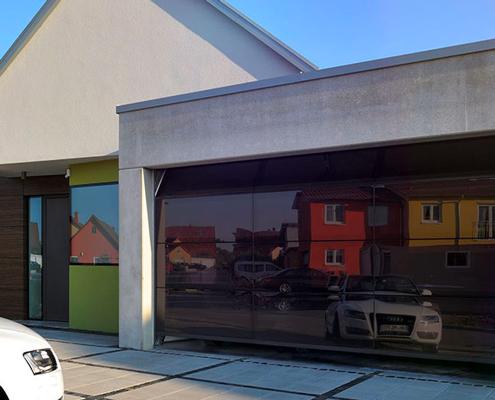 Portoni sezionali con superfici interamente vetrate